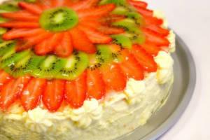 Украшение торта ягодами и фруктами3